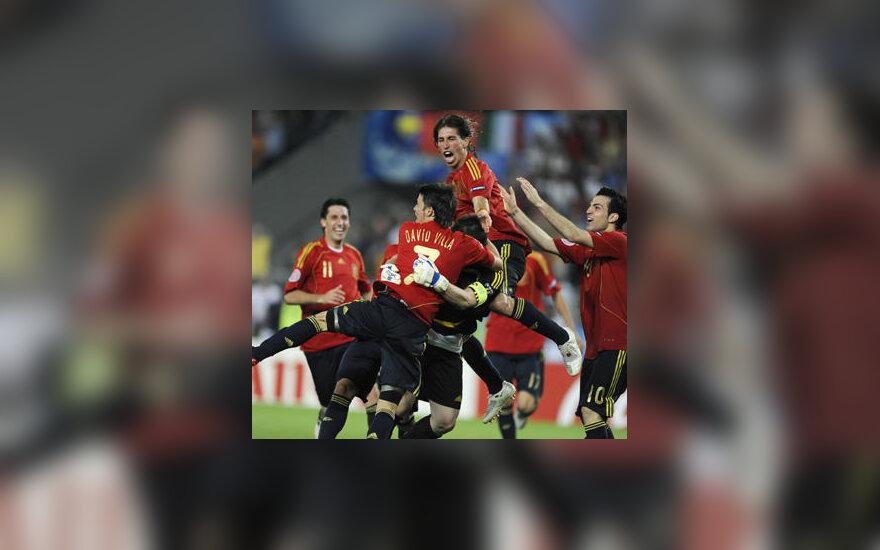 Ispanijos futbolininkai džiaugiasi pergale