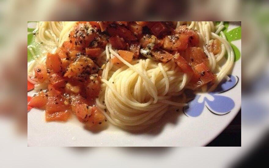 Capellini spagečiai su pomidorais, šviežiu baziliku ir česnaku
