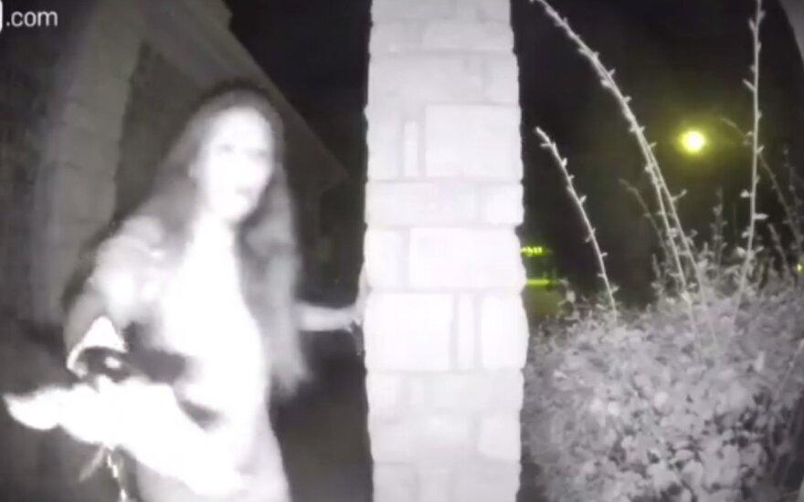 Pareigūnai įminė pusnuogės į namus užklydusios moters paslaptį