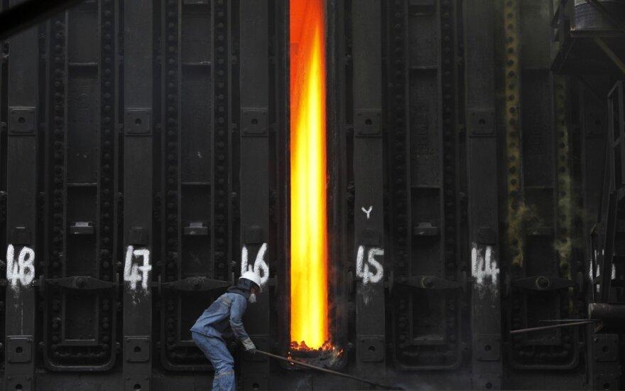 Vyras dirba plieno fabrike