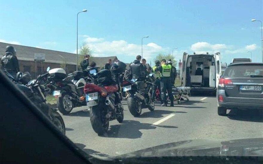 Kaune nuo motociklo nukrito moteris