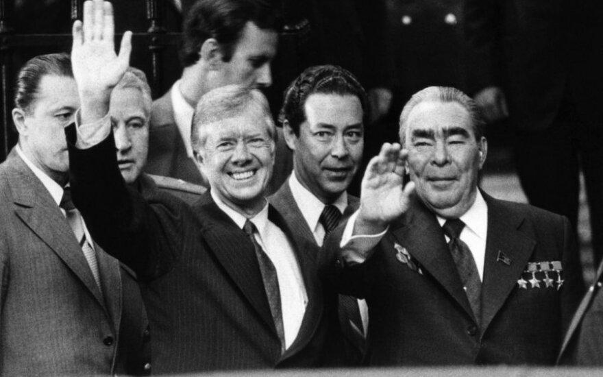 Iš kairės: JAV prezidentas Jimmy Carteris, vertėjas  Viktoras Suchodrevas ir Sovietų Sąjungos generalinis sekretorius Leonidas Brežnevas