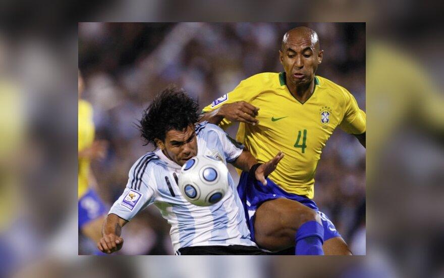 Carlosas Tevezas (kairėje)