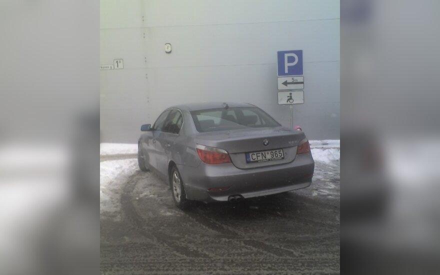 """Kaune, Šarkuvos g. 1A. prie """"Maximos"""". 2010-10-29, 14.27 val."""