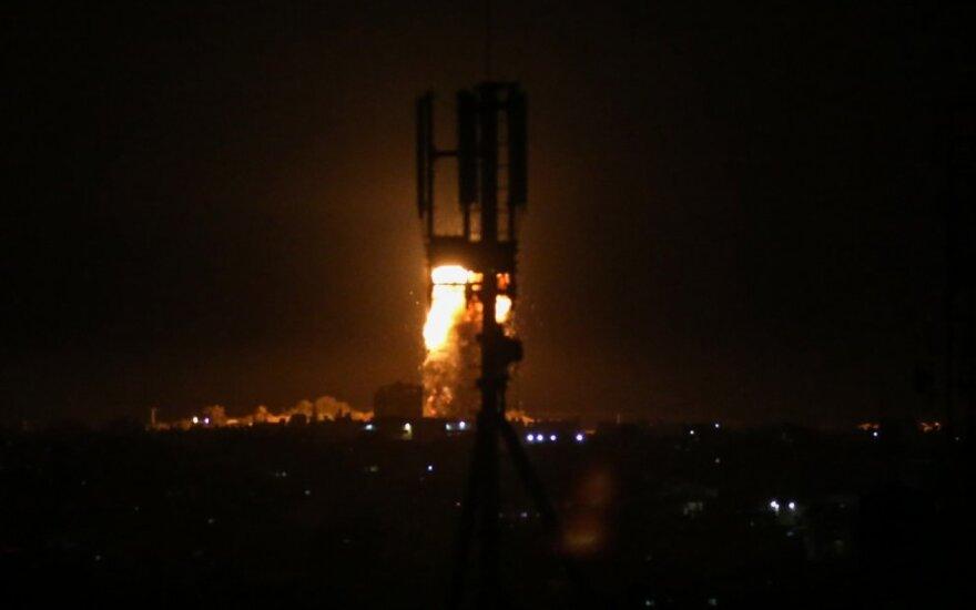 """Izraelio naikintuvai smogė """"Hamas"""" taikiniams Gazoje"""