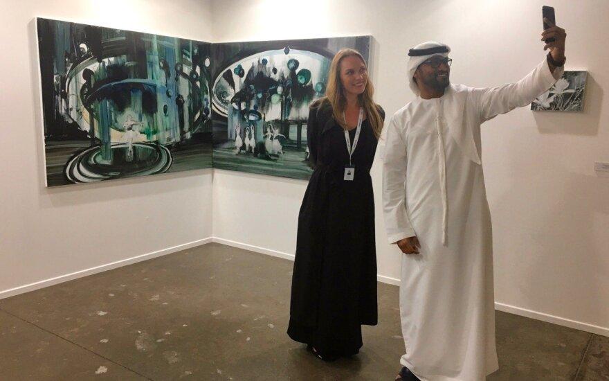 """""""Art Dubai"""" akimirka: Kristina Ališauskaitė su meno mugės lankytoju"""