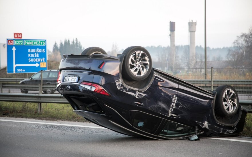 """Prie Vilniaus kelio nepasidalijo dvi vairuotojos: """"Lexus"""" apvirto, moteris ligoninėje"""
