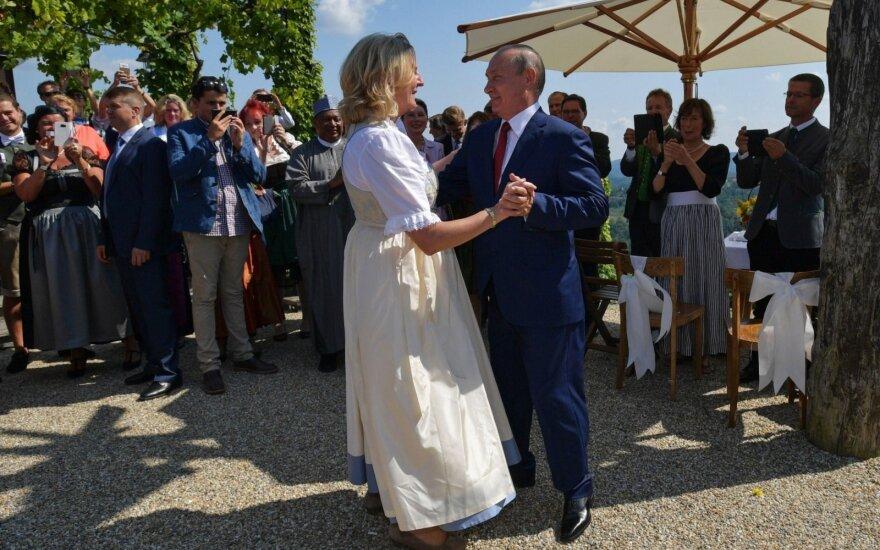 Su Putinu vestuves atšokusi Austrijos ministrė grasina naujomis sankcijomis Rusijai