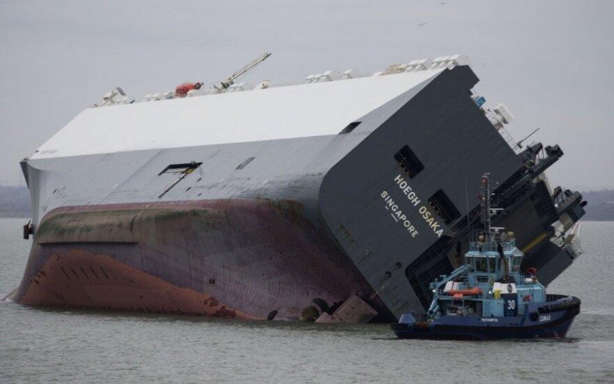 Ant seklumos užplaukęs krovininis laivas Hoegh Osaka