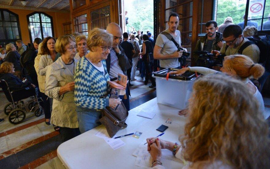 Istorinė diena: šimtai katalonų renkasi prie rinkimų apylinkių