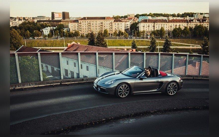 """Naujutėlis prabangus """"CityBee"""" automobilis """"Porsche"""" jau pateko į girto vairuotojo rankas"""