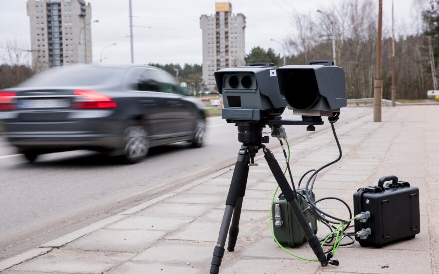 """Nueinanti Vyriausybė atmetė VRM siūlymą vairuotojų ir toliau neįspėti apie """"trikojus"""""""