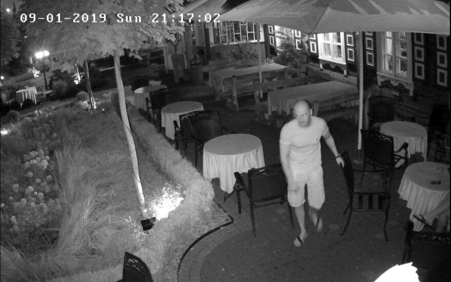 Po incidento bare Kauno policija prašo atpažinti vaizdo kamerų užfiksuotus vyrus
