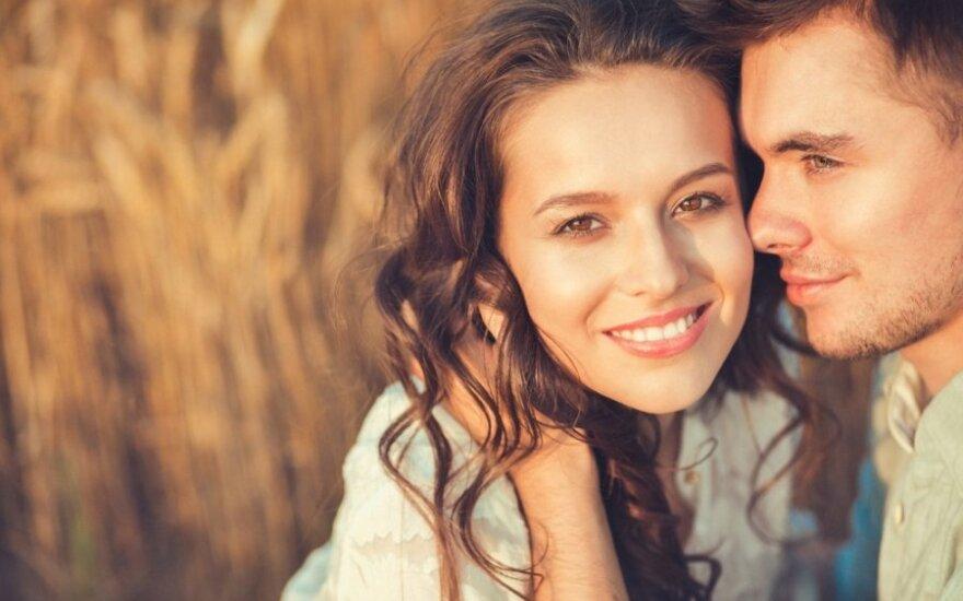 Nėra paprasta, bet įmanoma: kaip santykiuose išsaugoti romantiką