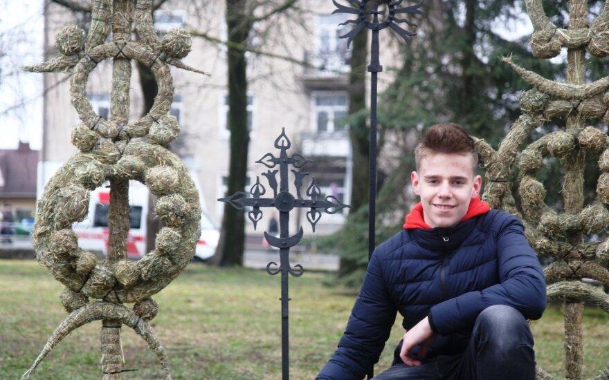 Neįprastas Panevėžio moksleivių sveikinimas Lietuvai: klasė pavirto kaimišku klojimu