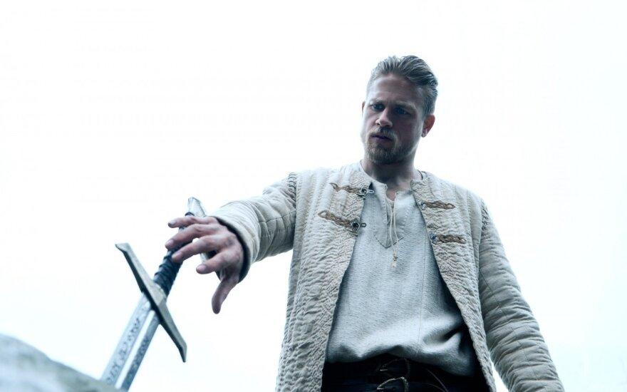 "Charlie Hunnamas filme ""Karalius Artūras: kalavijo legenda"""