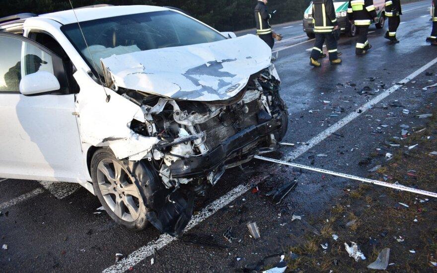 Kraupi automobilių kaktomuša Varėnos r.: medikams nepavyko išgelbėti moters gyvybės