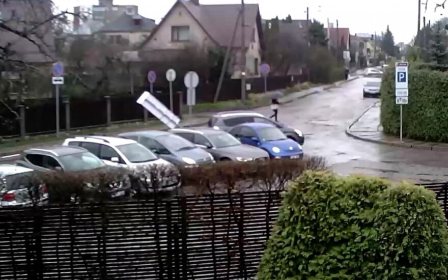 Kaip nevairuoti: nufilmavo į kelio ženklą įsirėžiantį vairuotoją