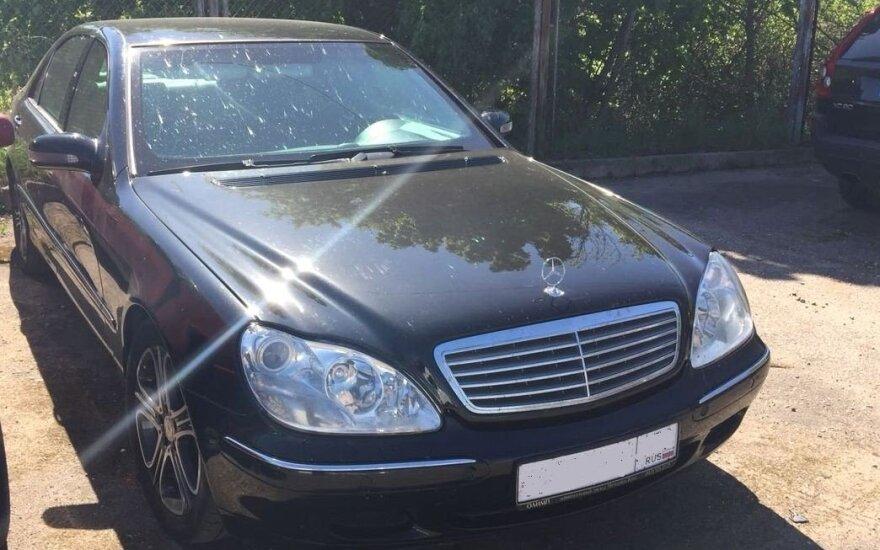 """Patruliai, patikrinę sustabdytą """"Mercedes"""", aptiko jame vertybių už 300 tūkst. eurų"""