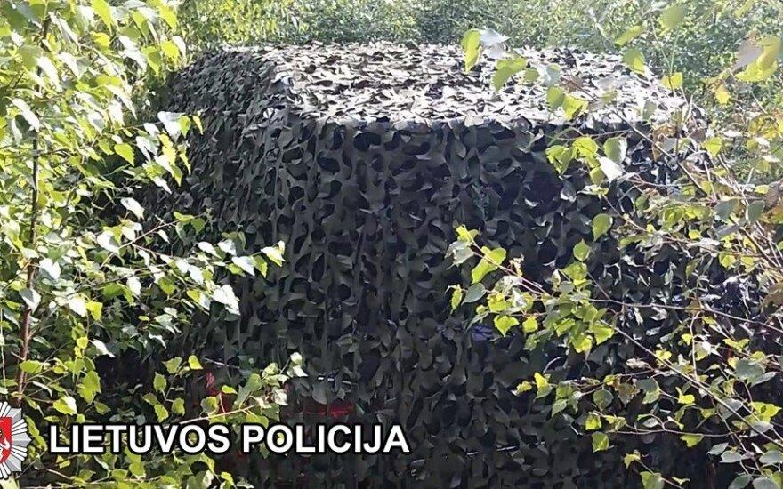 """Palangoje pavogtą 30 000 eurų vertės """"Lexus"""" kriminalistai rado užmaskuotą miške"""