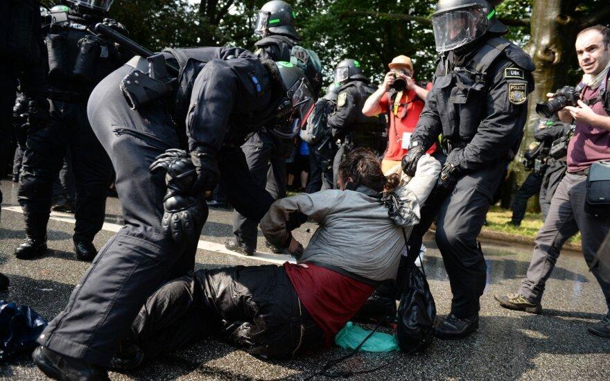 """Vokietijos ministras G-20 susitikimo riaušininkus palygino su """"neonaciais, teroristais"""""""