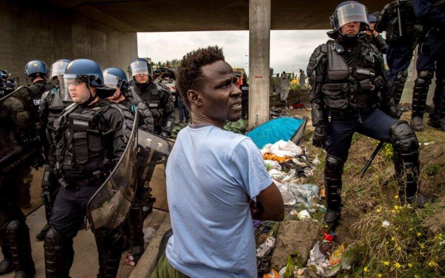 Kalė mieste Prancūzijoje nuo migrantų nukentėjo keturi policininkai