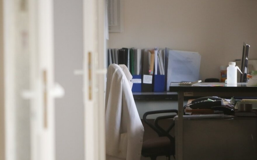 Dirbančio gydytojo atsakas jauniesiems medikams: nesiskųskite – vaikus gimdyti jums dar per anksti