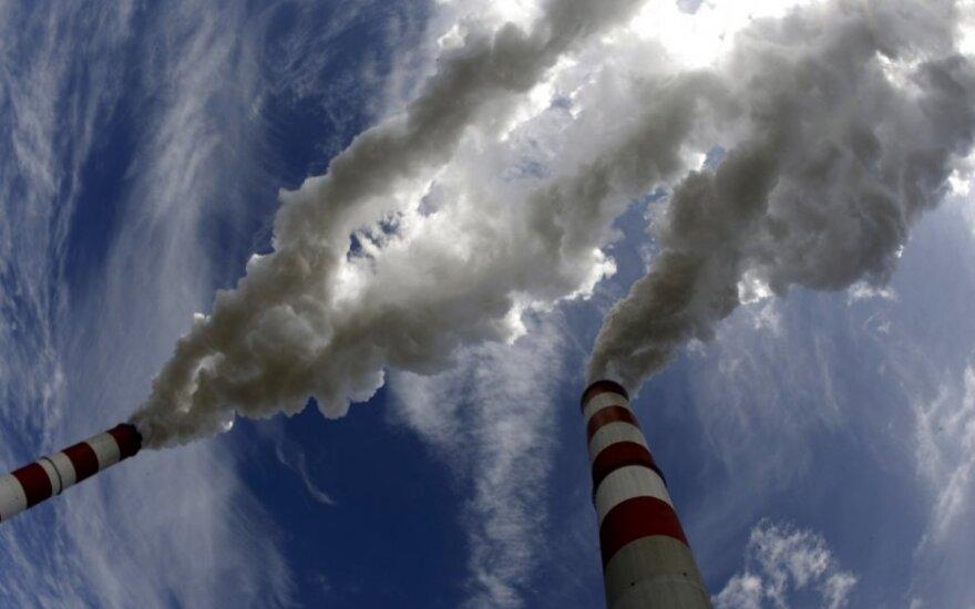 """Tarp Lenkijos ir ES bręsta konfliktas dėl """"neteisėtų"""" anglį deginančių elektrinių"""