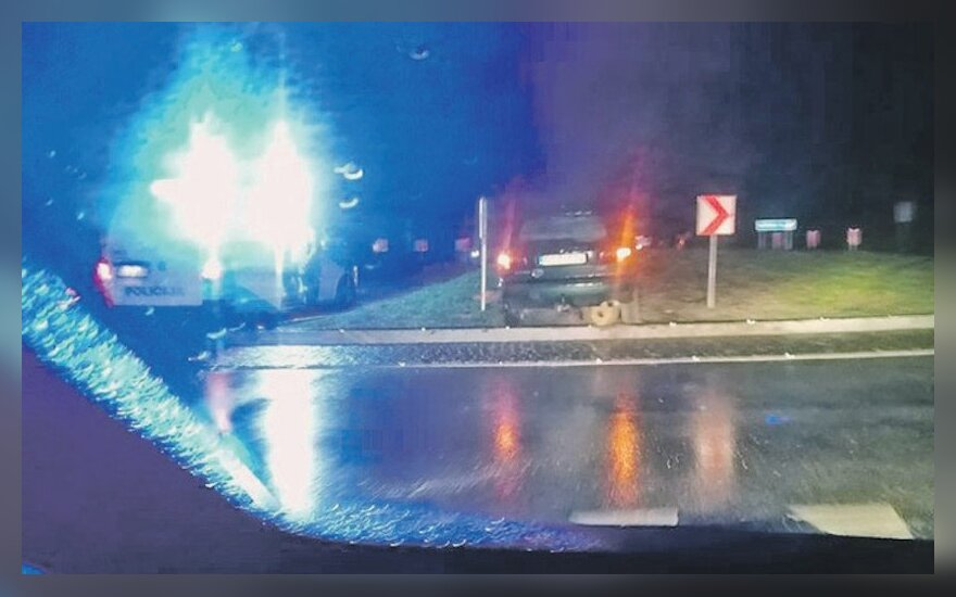 Neapšviesta žiedinė sankryža Plungės rajone piktina vairuotojus: 10 avarijų per tris mėnesius yra kažkas nenormalaus