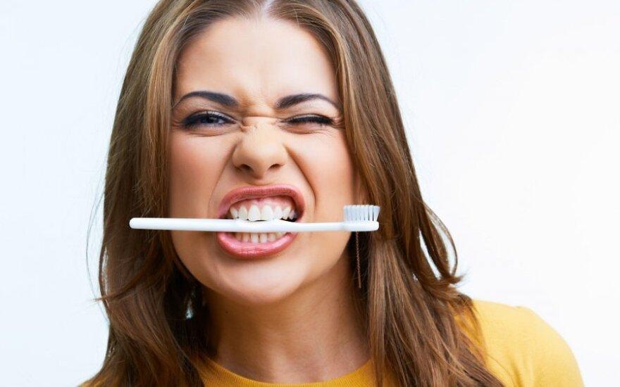 """Kad <span style=""""color: #ff0000;"""">dantys būtų balti</span>, užtenka vos kelių priemonių"""