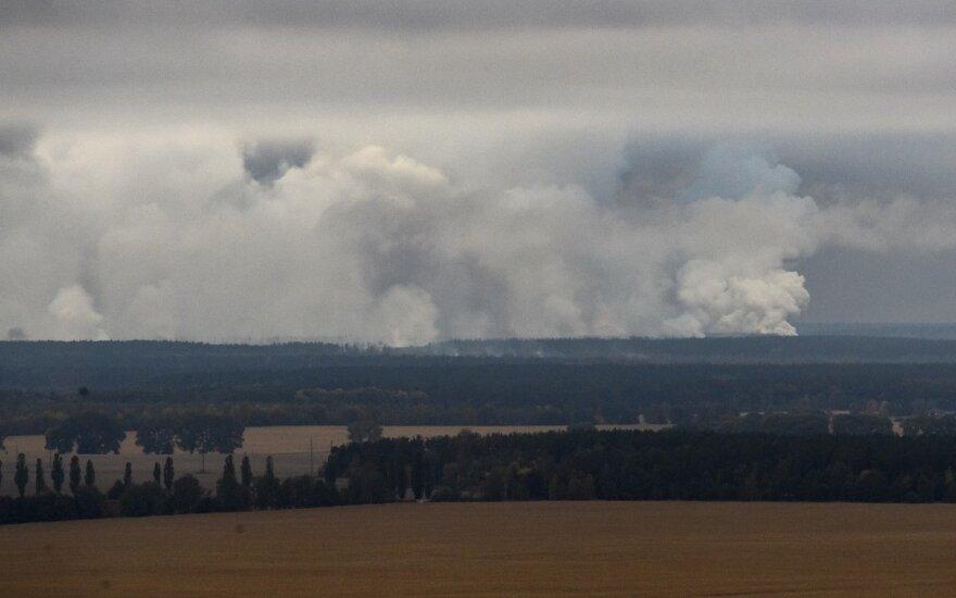 Ukrainoje liepsnoja didelis šaudmenų sandėlis, kas sekundę nugriaudi po 2-3 sprogimus