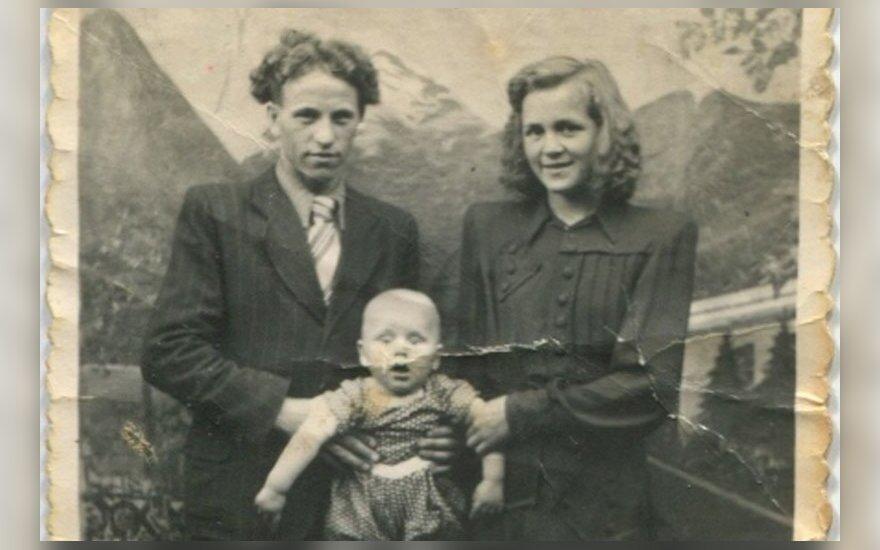 1952 m. Petronėlė ir Aleksas su mažuoju Aleksiuku Airošiai Klaipėdoje