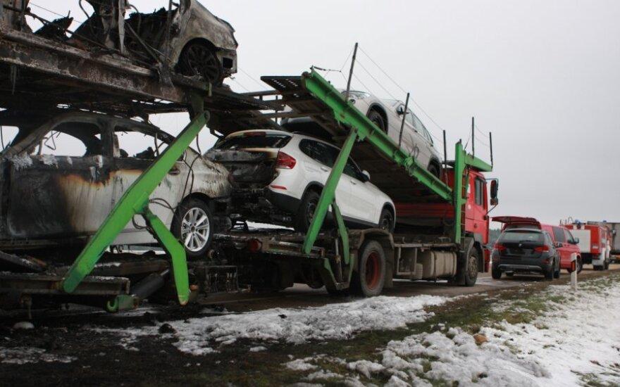 Draudikai: pernai ugnis suniokojo 1182 automobilius, tačiau drausti žmonės jų neskuba