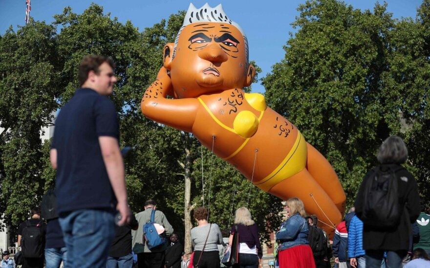 Virš Londono pakilo balionas, vaizduojantis miesto merą su bikiniu