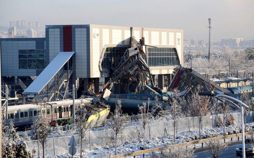 Tragedija Ankaroje: greitasis traukinys įsirėžė į viaduką, žuvo 9 žmonės