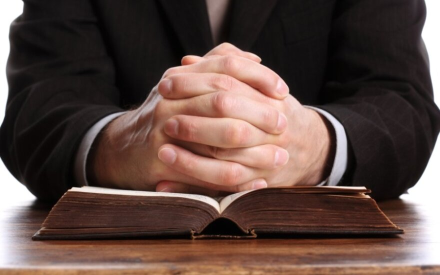 Čekijoje suimtas lytiniu išnaudojimu ir išprievartavimu įtariamas kunigas