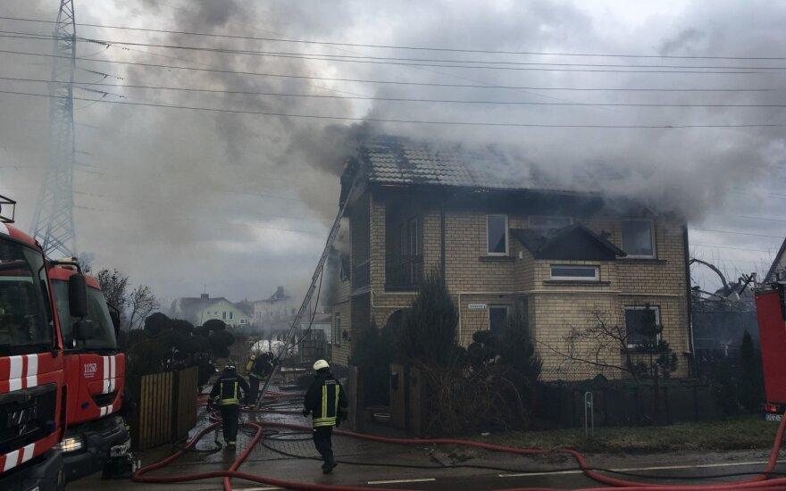 Kaune užsiliepsnojo dviaukštis namas, dėl gaisro buvo uždaryta gatvė