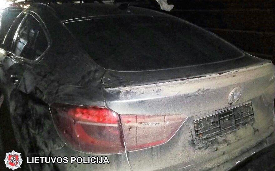 Prie Vilkaviškio policininkai aptiko vagoną su vogtais brangiais automobiliais