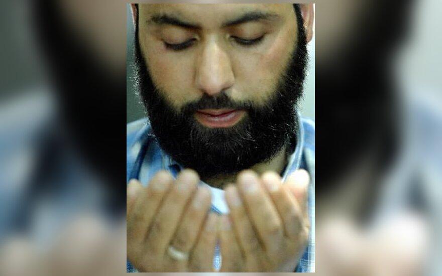 Musulmonas meldžias pakeliui į mečetę