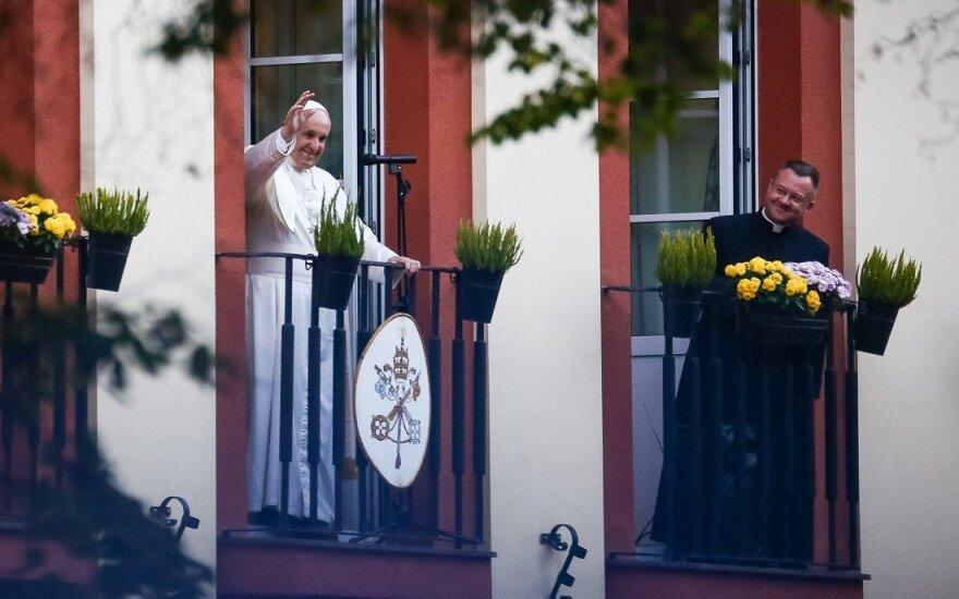 Popiežius ir vėl nustebino: netikėtai išėjo pasisveikinti su susirinkusiaisiais