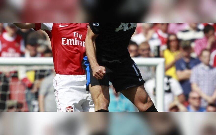 """Andrejus Aršavinas(""""Arsenal"""") kovoja su Nemanja Vidičiumi (""""Man. United)"""