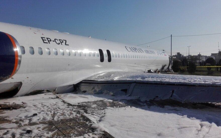 Keleivinis lėktuvas Irane nulėkė nuo tako ir sustojo greitkelyje