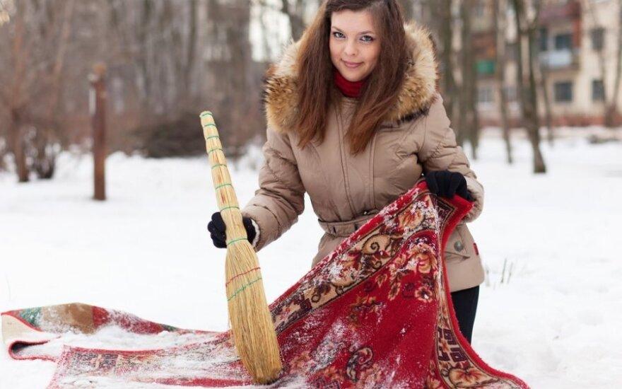 Kaip išvalyti kilimą sniegu