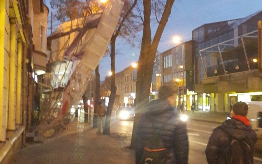 Klaipėdos H. Manto gatvėje nuo renovuojamo namo atplėšti ir pavojingai pakibę pastoliai