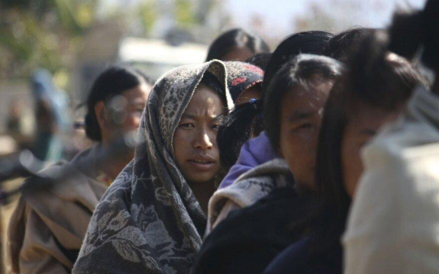 Žmonės laukia eilės balsuoti Indijos Manipūro valstijoje