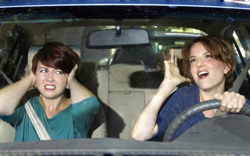 Bara mėgstančius garsiai klausyti muzikos automobilyje: galite sukelti avariją