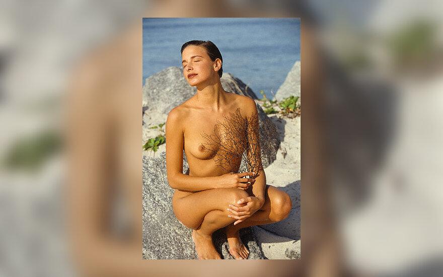 Nuoga moteris paplūdimyje
