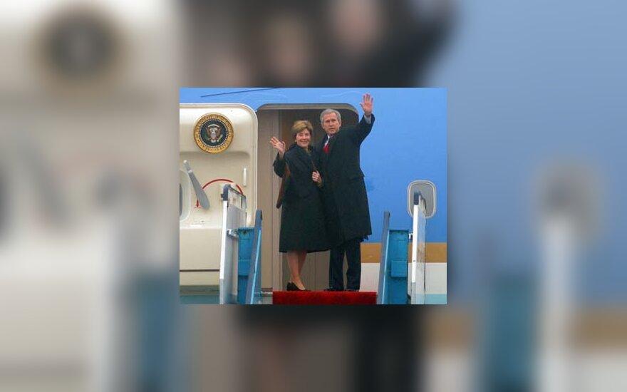 G.W.Bushas ir L.Bush išskrenda iš Vilniaus