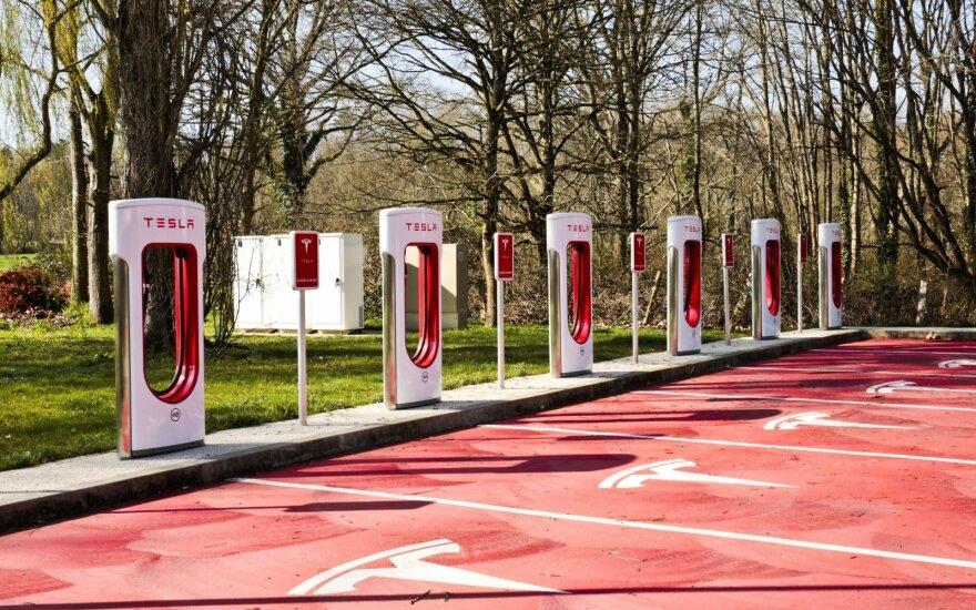 """""""Tesla"""" įkrovos stotelė """"Supercharger"""" (asociatyvi nuotr.)"""
