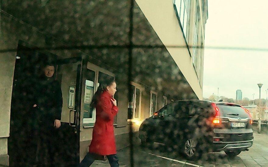 Jedinskio sūnų žurnalistai stebėjo ne vieną rytą: iš Seimo viešbučio išeidavo su mergina, bet teigė jos nepažįstantis